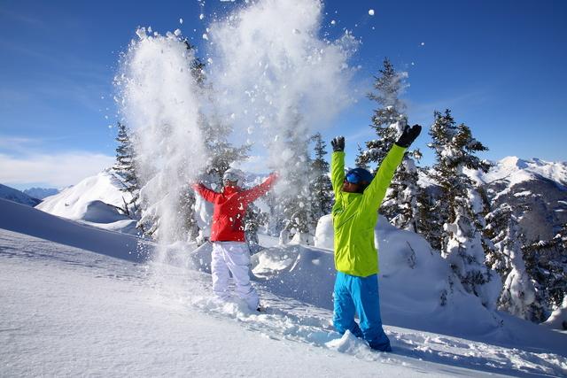Grossarltal_Skifahrer Schneeballschlacht_12_Grossarltal